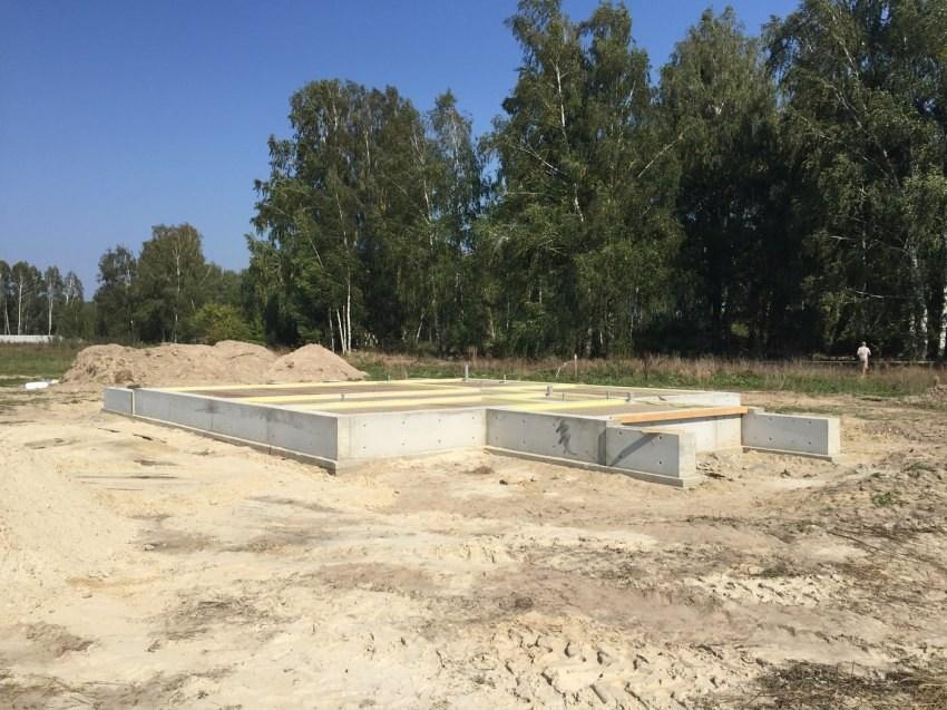 Fundamenty drewnianego domu for Piccola casa costruita su fondamenta